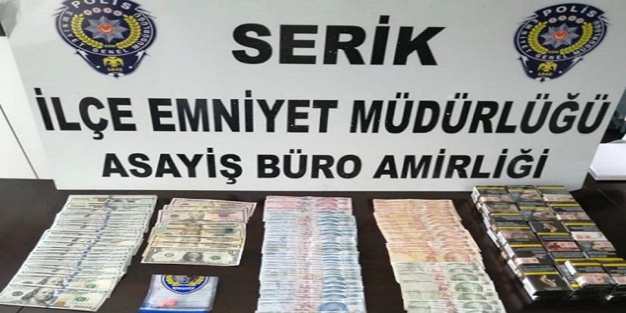 Antalya Serik'te sahte dolarla marketleri dolandıran yabancu uyruklu 3 kişi yakalandı