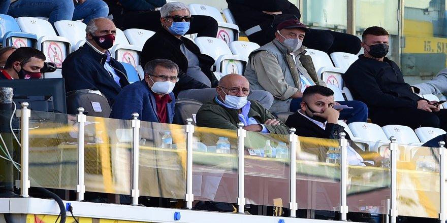 Teknik Direktörü Şenol Güneş, İstanbulspor ile Akhisarspor maçını seyretti