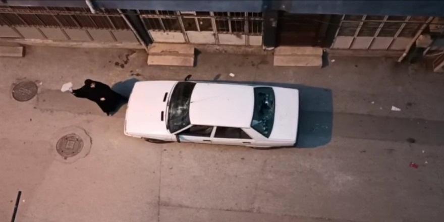 Bursa'da,  aldatıldığını öğrenen kadın, eşinin aracını taşladı