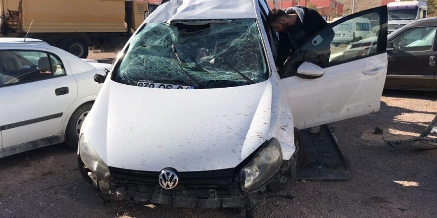 Sivas Kangal'da, kontrolü kaybeden sürücü tarlaya uçtu