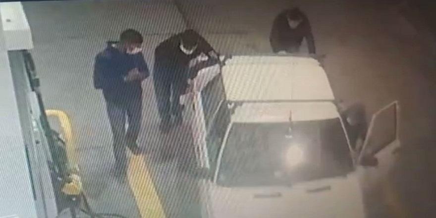 İstanbul Esenyurt'ta, çaldıkları aracı iterek benzinliğe getiren hırsızlar kameralara yakalandı