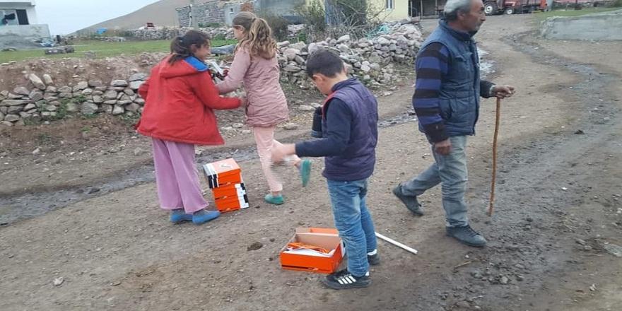 Kurtkale'li çocuklar kendilerine gönderilen kışlık ayakkabılarla adete bayram yaptılar