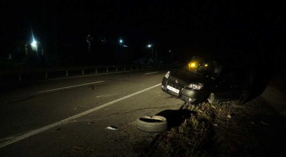 Sivas'ta virajı alamayan hafif ticari araç takla attı: 2 yaralı