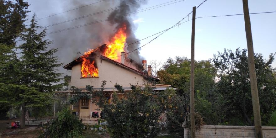 Konya Meram'da 10 kişilik ailenin yaşadığı ev alev alev yandı