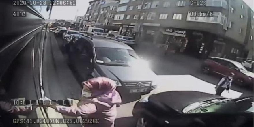 İstanbul'da, durak harici alamam diyen şöföre, sinirlenen bayan yolcu bakın neler yaptı