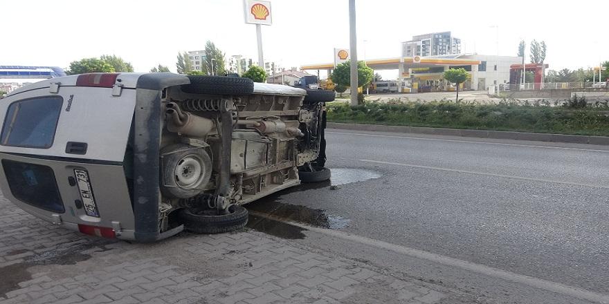 Sivas'ta kontrolden çıkan araç yan yattı