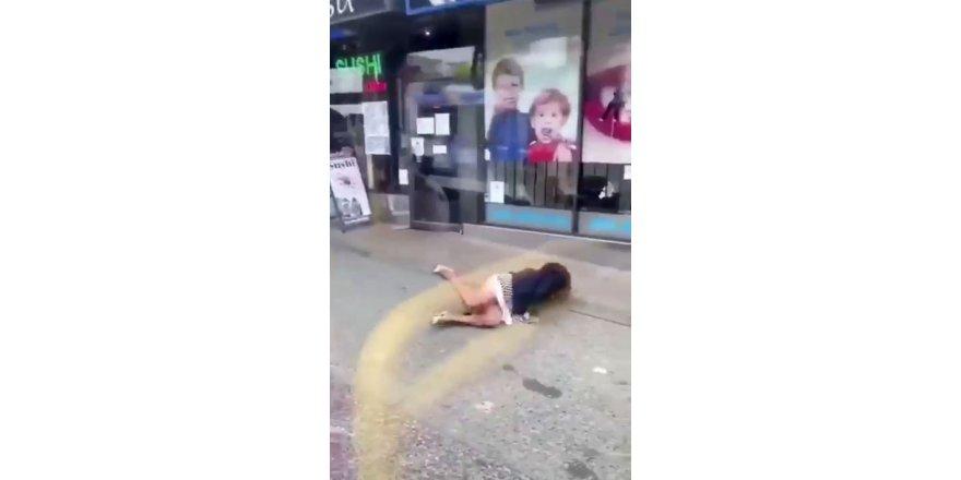 Vancouver kentinde bir erkek yolcu, yüzüne tüküren kadını iterek otobüsün kapısından attı