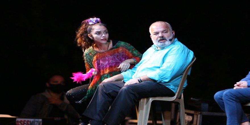 """""""Hayat Kime Güzel"""" adlı tiyatro oyunu, Efeler halkının beğenisine sunuldu"""