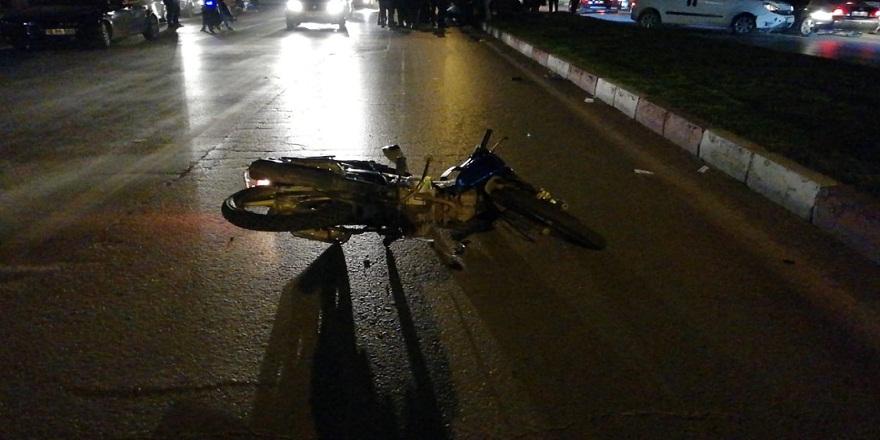 Ticari araç ile çarpışan motosikletli 2 kardeş ölümden döndü