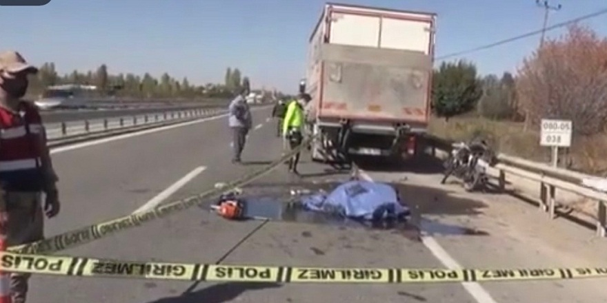 Iğdır'da, kamyona çarpan motosiklet sürücüsü, hayatını kaybetti