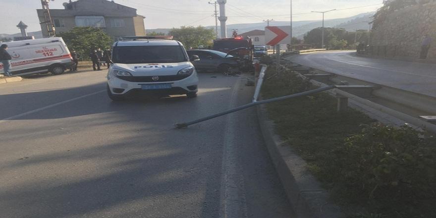 Sinop Boyabat'ta virajı alamayan otomobil aydınlatma direğine çarptı 1 yaralı