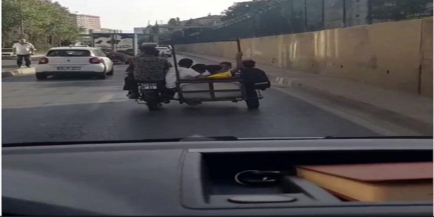 İstanbul trafiğinde, sepetli motosiklette 7 kişi seyreden gençler görenleri şaşkına çevirdi