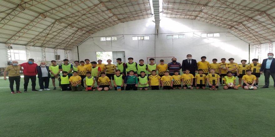 Başkan Adayı Mutlu Önal, Kocasinan Şimşek futbol okulunu,  ziyaret etti
