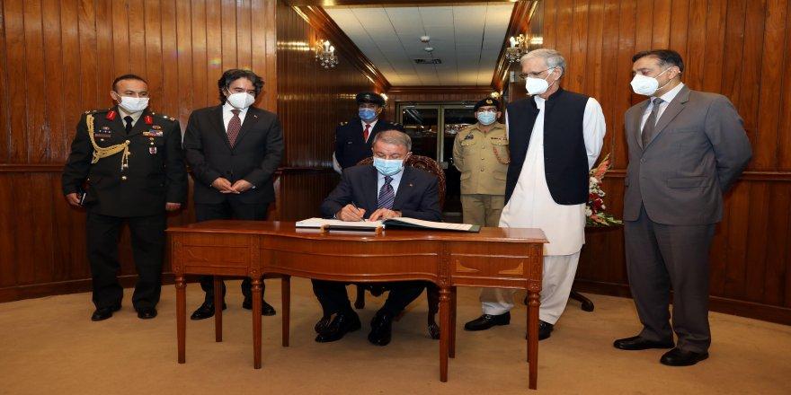 Milli Savunma Bakanı Hulusi Akar, Pakistan Savunma Bakanı Pervez Khattak ile bir araya geldi
