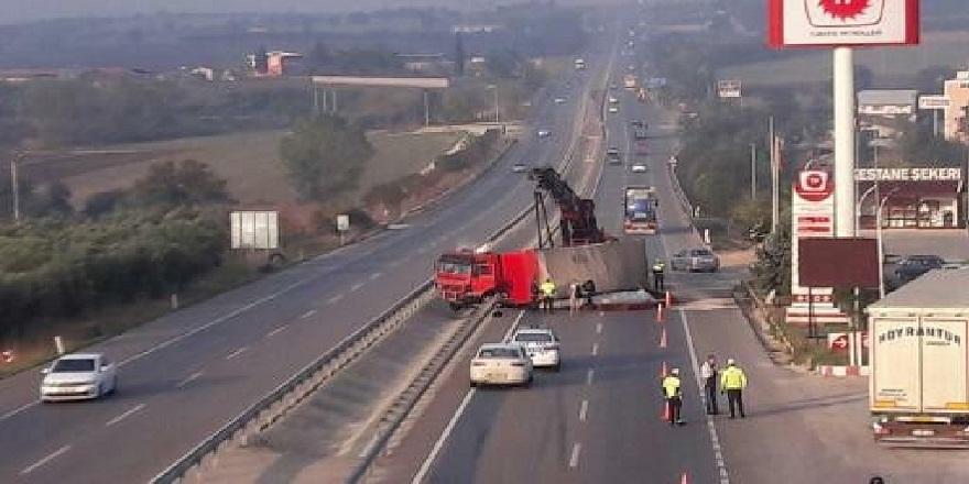 Bursa-İzmir yolunda yan yatan tır trafiği felç etti