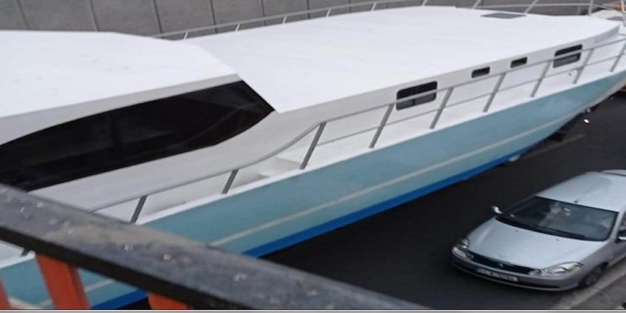Diyarbakır'da, tırın üzerinde yüklü tekne alt geçitte mahsur kaldı