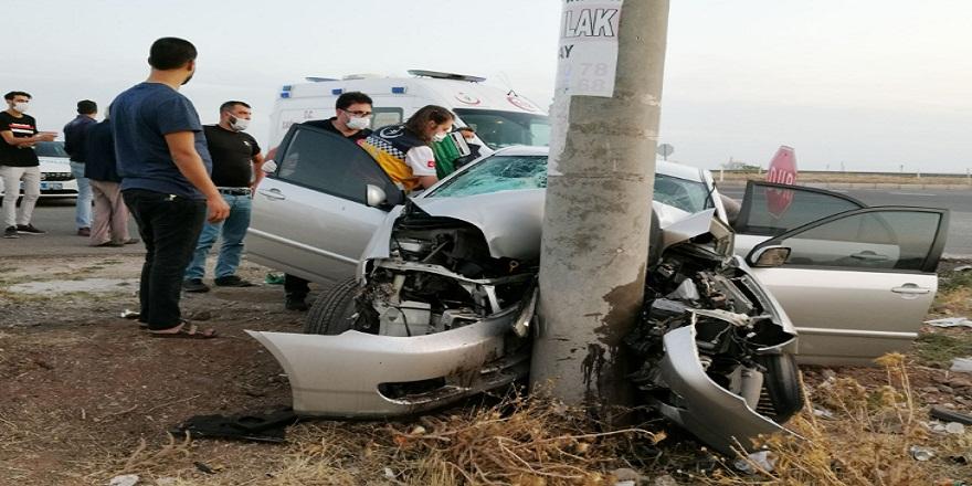 Aksaray'da kontrolden çıkan otomobil aydınlatma direğine çarptı