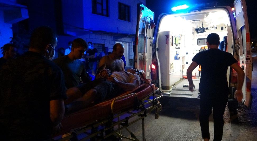 Adana Kozan'da, kazada yaralanan, yaralıya yoldan geçen vatandaş gömleğini çıkarıp tampon yaptı