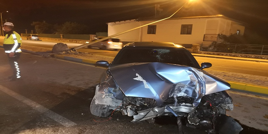 Aksaray'da, kontrolden çıkan otomobilin çarptığı elektrik direği bir evin çatısına düştü