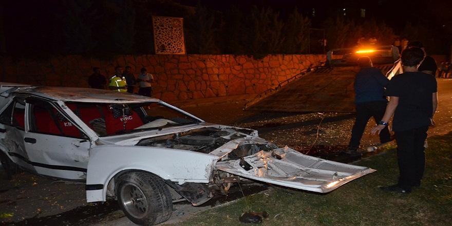 Hatay'da, kontrolden çıkan otomobil elektrik direğine çarptı