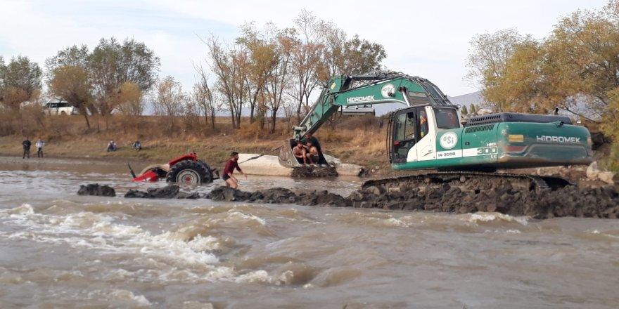 Karasu nehrinden, karşıdan karşıya geçmek isteyen traktör suya gömüldü