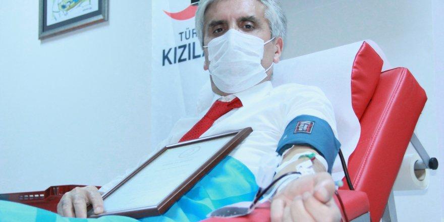 Plastik Cerrahi Uzmanı Ünlü estetikçi Hayati Akbaş plazma bağışı yaptı