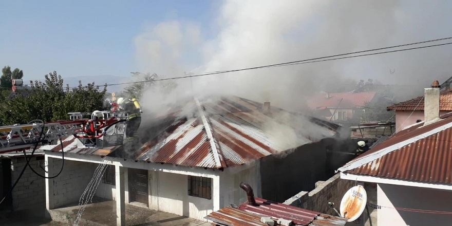 Erzincan'da,bir evin çatısında çıkan yangın korkuttu!