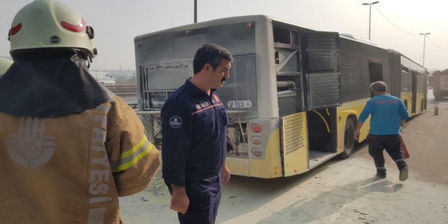 E-5 karayolunda seyir halinde alev alan otobüs panik yarattı!