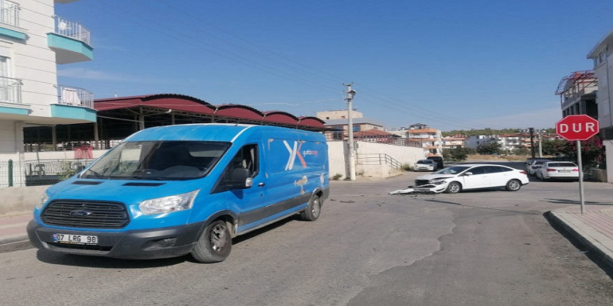 Antalya Manavgat'ta otomobil ile kargo aracı çarpıştı:1 yaralı