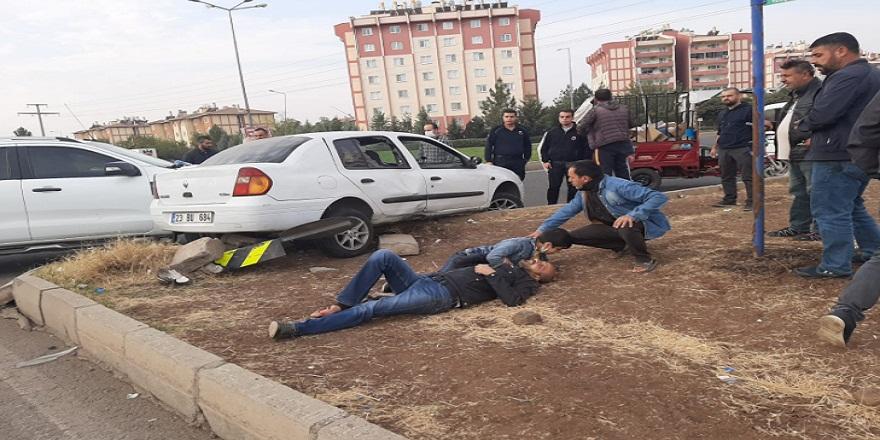Diyarbakır'da, karşıdan karşıya geçmeye çalışan baba oğul, otomobilin altında kaldı