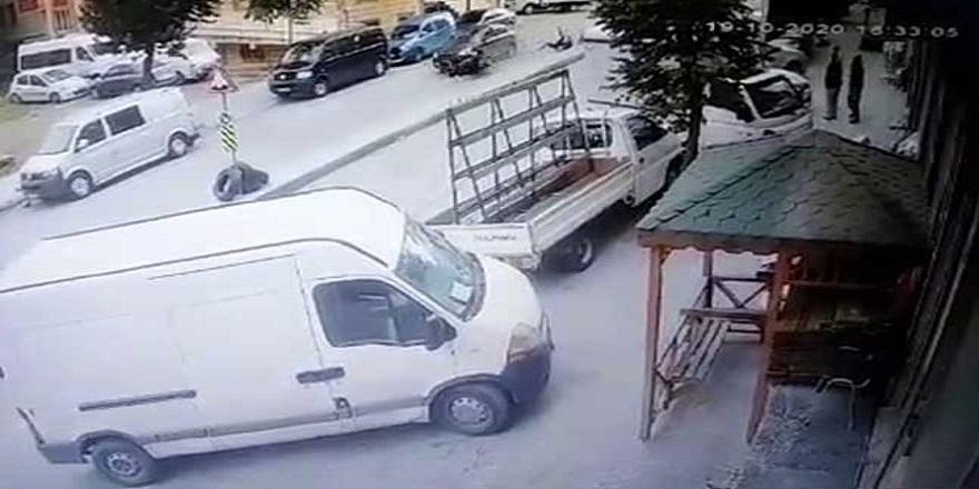 İstanbul Sultangazi'de, motosikletli kurye ve arkadaşı, otomobilin altında kalmaktan kıl payı kurtuldu
