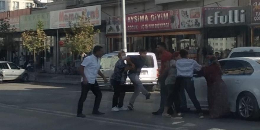 Gaziantep'te, sokak ortasında, tekme tokat birbirlerine girdiler