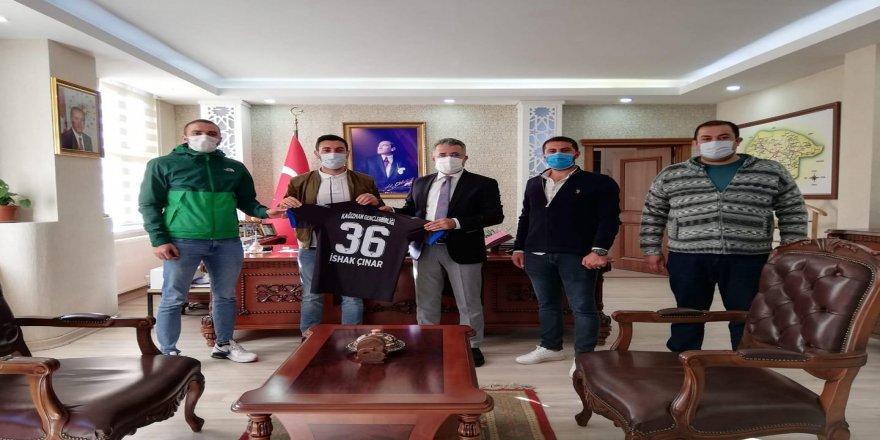 Kağızman Gençler Birliği Spor yönetimi önce kaymakam İshak Çınar'ı makamında ziyaret etti