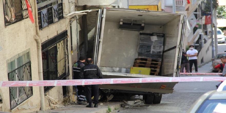 İzmir Konak'ta, freni boşalan kamyon doğalgaz borusuna çarptı!