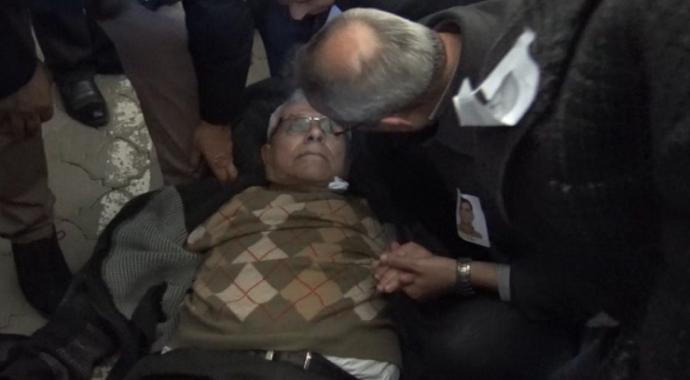 Doktor başkan, cenazede rahatsızlanan kişiye ilk müdahaleyi yaptı