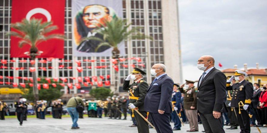 Cumhuriyet Bayramı kutlamaları, çelenk töreniyle başladı