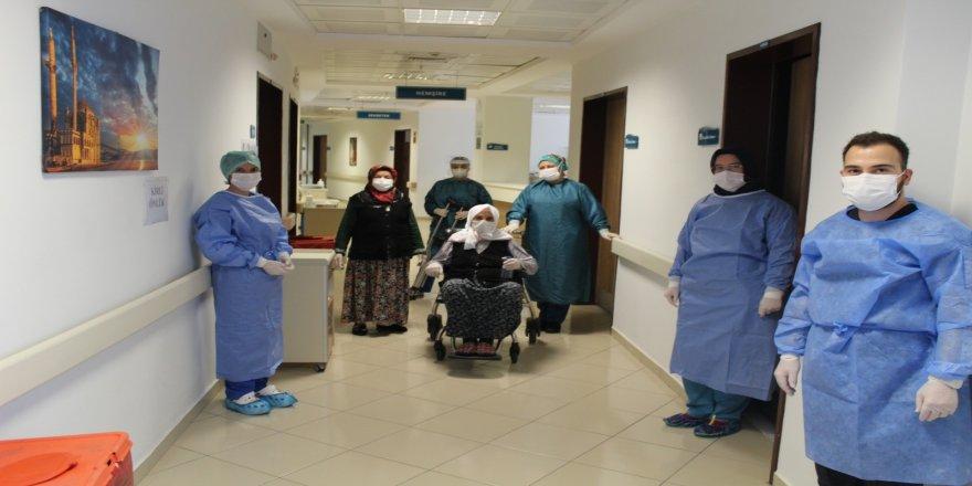 Sakarya'da 110 yaşında korona virüsü yenen Hamide Nine alkışlarla taburcu edildi