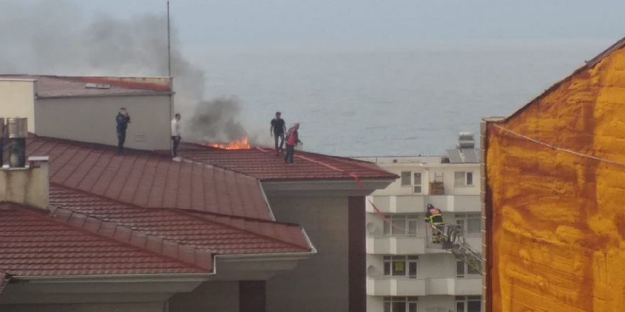 Düzce Akçakoca'da, belediye binasının çatısında çıkan yangın panik yarattı