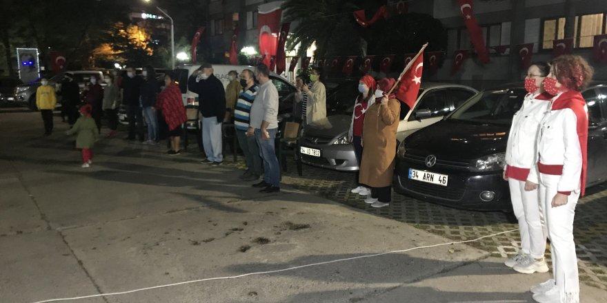 İstanbul'da vatandaşlar ellerinde bayrakla 19.23'te sokak ve balkonlarda İstiklal Marşı okudu