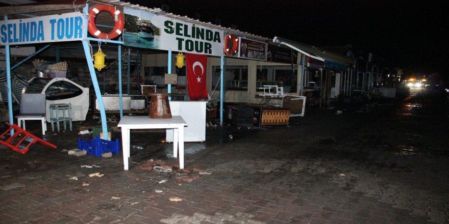Depremin ardından Tsunami, Sığacık'ı yerle bir etti