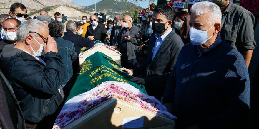 Depremde vefat eden aynı aileden, 3 kişi toprağa verildi
