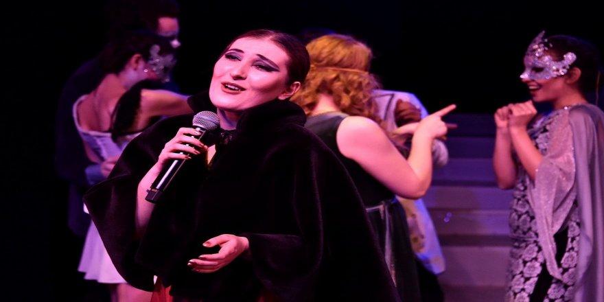 Salgın tedbirleri kapsamında, Sivas Devlet Tiyatrosu'nda oyun saatlerinde düzenleme geldi