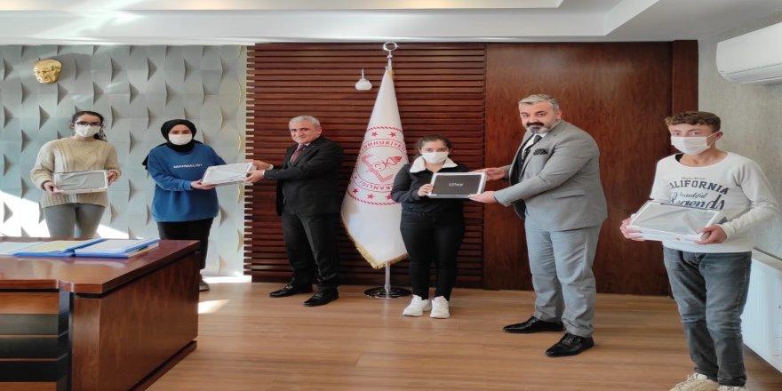 Öğrencilere tablet desteği, İl Başkanı Fatih Özbek'den geldi