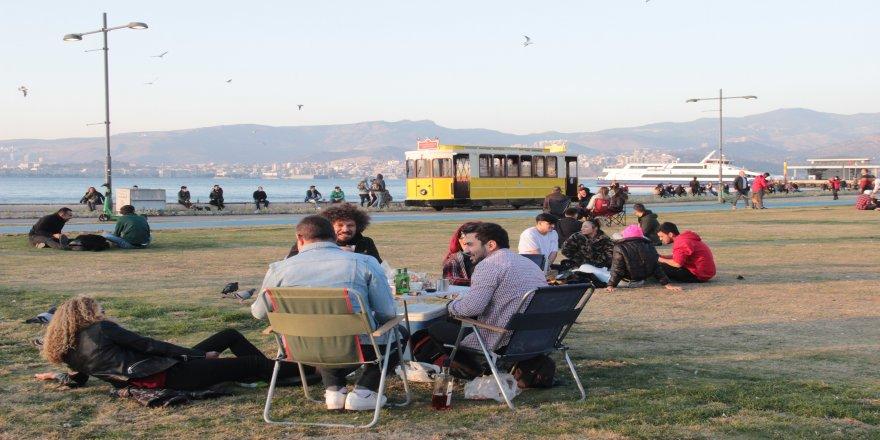İzmirliler, hafta sonunu sahilde geçirdi