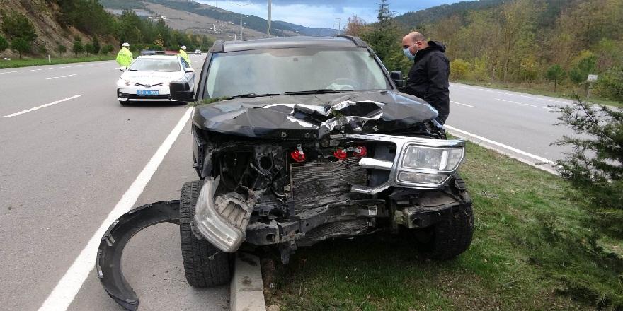 Samsun'da, kontrolden çıkan otomobil elektrik direğine çarptı! 2 yaralı