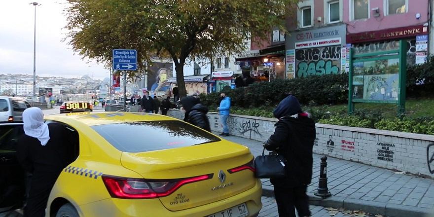 Dilencilerin yeni yöntemi yolda kaldık numarası tutmayınca taksiye atlayıp mekan değiştiler!