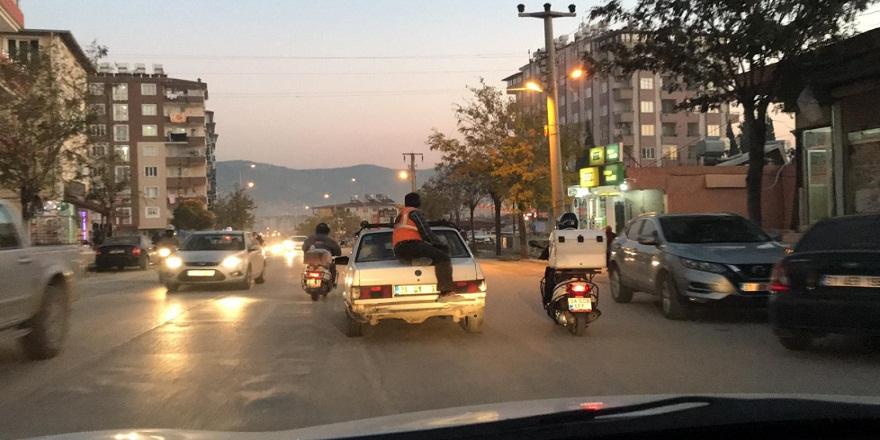 Hatay Antakya'da, araç üzerinde tehlikeli yolculuk kameralara böyle yansıdı!