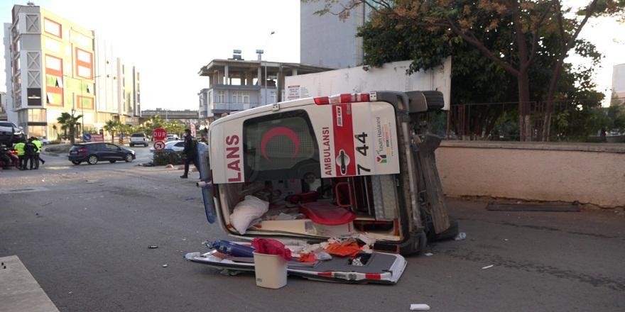 Antalya Serik'te, ticari araçla ambulans çarpıştı! 1 yaralı