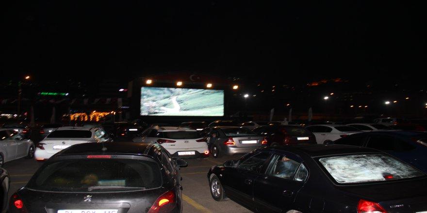 Rize Belediyesi'nin düzenlediği  'Arabalı Sinema Etkinliği'ne yoğun ilgi