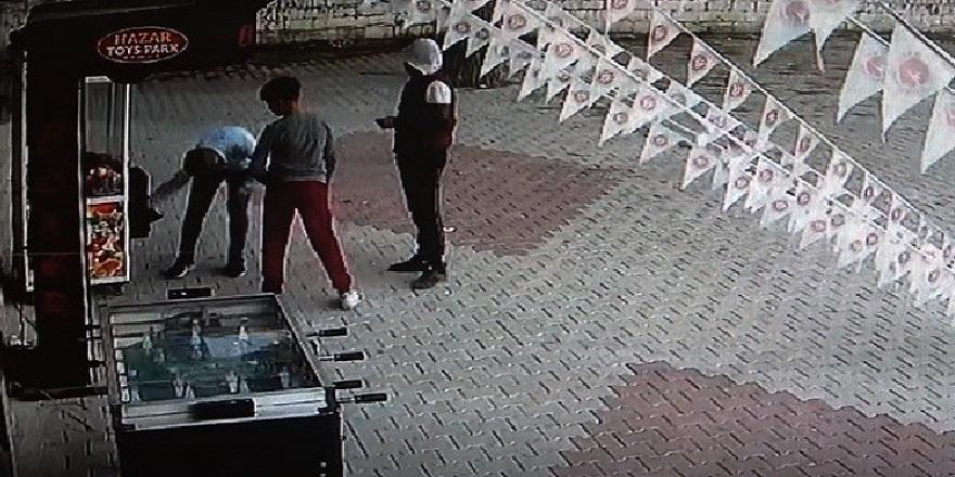Osmaniye'de 4 kafadar oyun makinesinin kilidini kırarak içindeki paraları alıp ortadan kayboldu